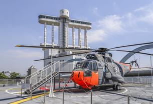 南極観測船ふじ搭載ヘリコプターと名古屋港ポートビルの写真素材 [FYI04895573]