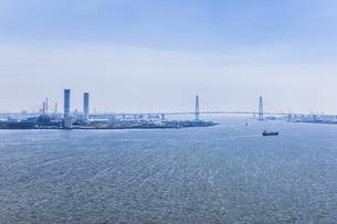 名港トリトンと火力発電所煙突を見る港湾風景の写真素材 [FYI04895590]