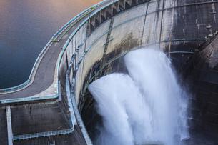 黒部ダムの放水の写真素材 [FYI04895663]