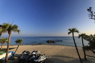 ジェットスキーが並ぶ奄美大島用安海岸の美しいビーチの写真素材 [FYI04895754]