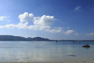 奄美大島倉崎海岸の青く美しい海でSUPをする人たちの写真素材 [FYI04895830]