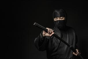 刀を持つ忍者の写真素材 [FYI04895844]