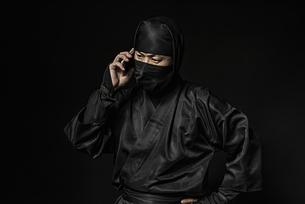 スマートホンを持つ忍者の写真素材 [FYI04895849]