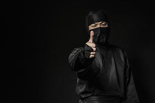 親指を立てた忍者の写真素材 [FYI04895851]