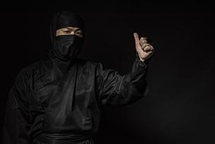 親指を立てた忍者の写真素材 [FYI04895859]