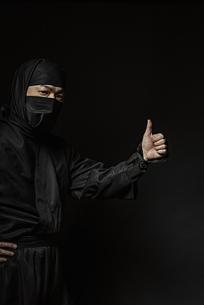 親指を立てた忍者の写真素材 [FYI04895871]