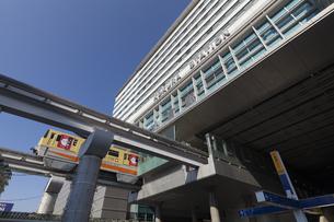 小倉駅小倉城口とモノレールの写真素材 [FYI04895901]