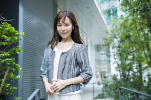 オフィスカジュアルスタイルの女性の屋外ポートレートの写真素材 [FYI04896176]