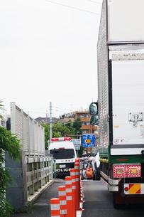 待機する警察車両の写真素材 [FYI04896318]