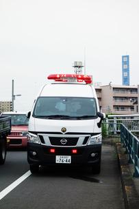 待機する警察車両の写真素材 [FYI04896321]