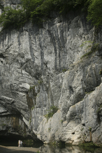 6月 初夏の猊鼻渓(げいびけい) -石灰岩断崖の峡谷美-の写真素材 [FYI04896345]