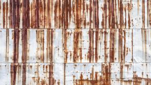 【環境】酸性雨で錆びた金属製の壁 背景素材の写真素材 [FYI04896519]