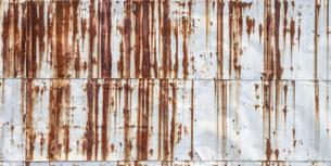 【環境】酸性雨で錆びた金属製の壁 背景素材の写真素材 [FYI04896521]