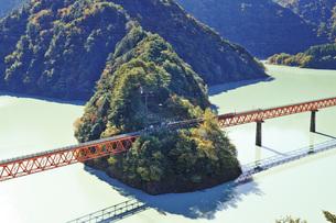 秋の大井川鉄道 レインボーブリッジと奥大井湖上駅 静岡県の写真素材 [FYI04896538]