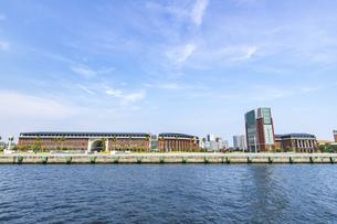 ポートアイランド西岸壁の神戸学院大学と旅客ターミナルの写真素材 [FYI04896656]