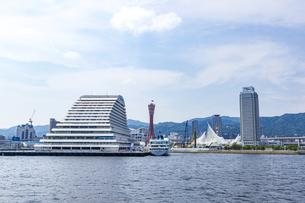 六甲山地の麓に広がる神戸港の都市風景の写真素材 [FYI04896658]