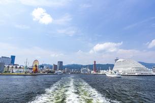 六甲山地の麓に広がる神戸港の都市風景の写真素材 [FYI04896660]