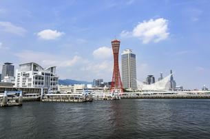 快晴の青空と神戸港の風景の写真素材 [FYI04896666]