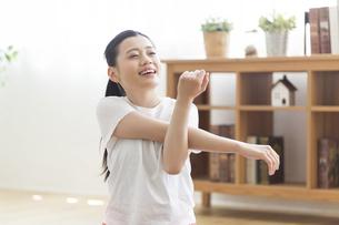 自宅でストレッチをする女性の写真素材 [FYI04896710]