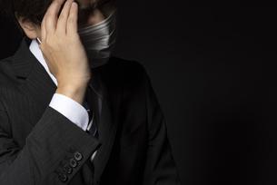 マスクをつけたスーツの男性の写真素材 [FYI04896746]