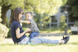 公園で遊ぶ親子(2歳児)のスナップの写真素材 [FYI04896914]