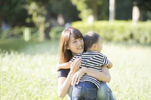 公園で遊ぶ親子(2歳児)のスナップの写真素材 [FYI04896918]