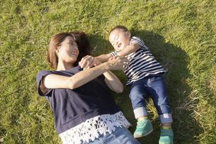 公園で遊ぶ親子(2歳児)のスナップの写真素材 [FYI04896928]