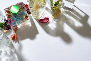 カラフルなハーバリウムなどの瓶と影の写真素材 [FYI04896957]