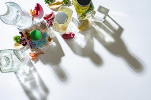 カラフルなハーバリウムなどの瓶と影の写真素材 [FYI04896958]