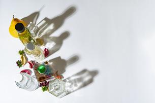 カラフルなハーバリウムなどの瓶と影の写真素材 [FYI04896959]