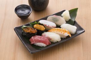 お寿司と日本酒の写真素材 [FYI04896971]