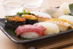 お寿司と冷酒の写真素材 [FYI04896977]