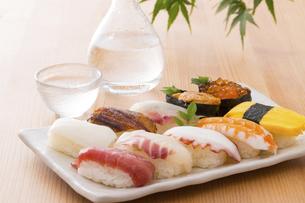 お寿司と冷酒の写真素材 [FYI04896980]