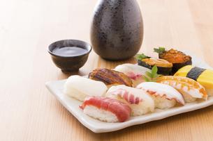 お寿司と日本酒の写真素材 [FYI04896983]