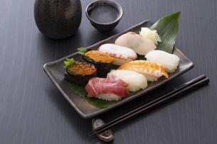 お寿司と日本酒の写真素材 [FYI04897005]
