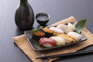お寿司と日本酒の写真素材 [FYI04897010]