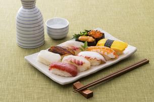 お寿司と日本酒の写真素材 [FYI04897029]