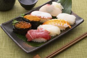お寿司と日本酒の写真素材 [FYI04897033]