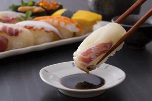 お寿司~鯛の握りの写真素材 [FYI04897041]