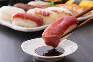 お寿司~鮪の中トロの写真素材 [FYI04897045]