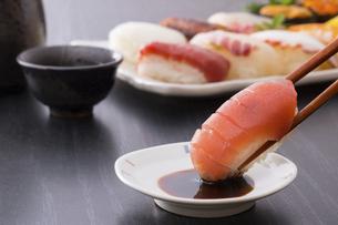 お寿司~鮪の赤身の写真素材 [FYI04897049]