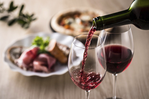 赤ワインとイタリア料理の写真素材 [FYI04897053]