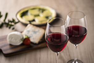 赤ワインとイタリア料理の写真素材 [FYI04897057]