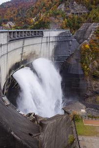 黒部ダムの放水の写真素材 [FYI04897314]
