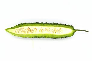 カットされたゴーヤの断面(全体写真)の写真素材 [FYI04897571]