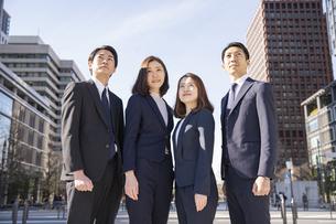 スーツ姿の男女4人・ビジネスチームの写真素材 [FYI04897606]
