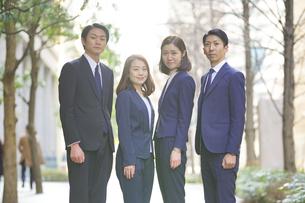 スーツ姿の男女4人・ビジネスチームの写真素材 [FYI04897609]