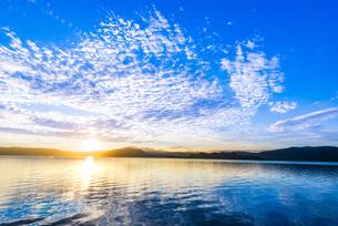 十和田湖大川岱園地付近より日の出と高積雲映す十和田湖に十和田湖中山半島御倉半島山並みを望むの写真素材 [FYI04897641]