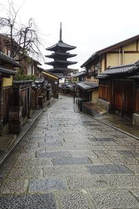 雨の京都、京都らしい町並みが続く「八坂の塔」こと「法観寺五重塔」界隈の写真素材 [FYI04897644]