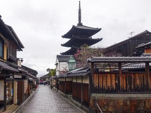 雨の京都、京都らしい町並みが続く「八坂の塔」こと「法観寺五重塔」界隈の写真素材 [FYI04897646]